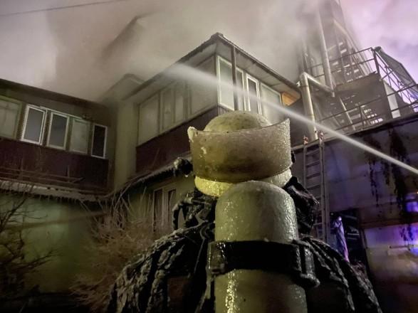 Пожар при минус 14: в Киеве спасатели в ледяном снаряжении тушат трехэтажку