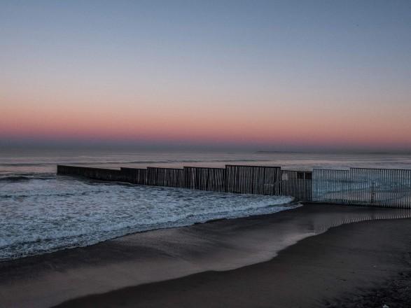 Сразу после инаугурации Байден остановит строительство стены на границе с Мексикой