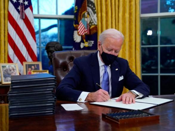Байден после ухода Трампа обустроил под себя Овальный кабинет