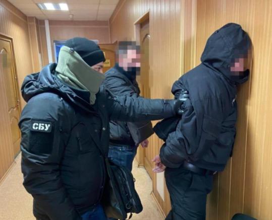 """Посадовця """"Київводоканалу"""" затримали за вимагання близько 40 тис. дол. хабара за рекламні дозволи"""