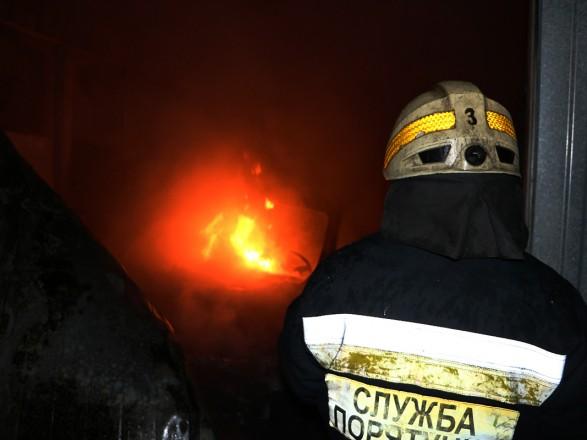 Крупный пожар произошел на СТО в Днепре: огнем уничтожено 4 автомобиля