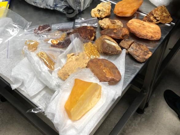 Украинец пытался контрабандой вывезти вывезти в Дубай 3,5 килограмма янтаря