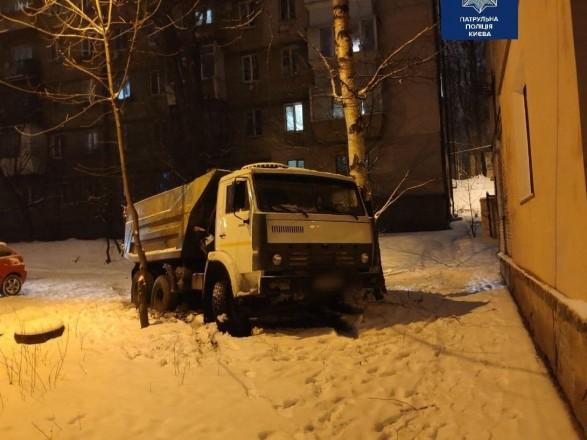 В столице мужчина катался на КАМАЗе без прав и подшофе
