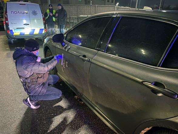 В Киеве обстреляли авто: нападающих задержали