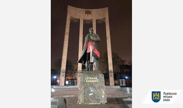 Памятник Степану Бандере во Львове облили красной краской