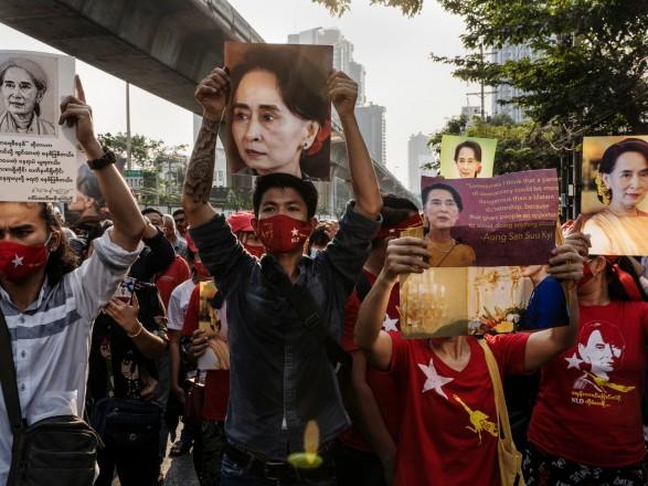 Переворот в Мьянме: представители отстраненной и задержанной руководительницы страны сообщили о ее состоянии