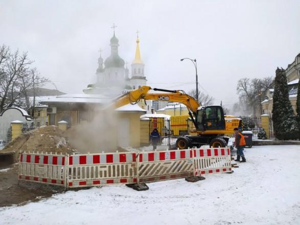 Часть центра Киева без горячей воды и тепла: возле Лавры прорвало трубу