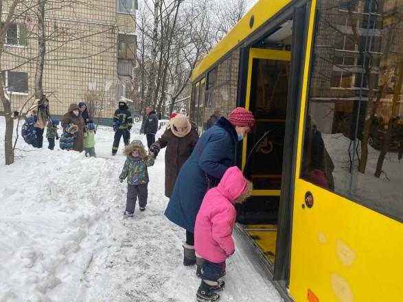 В Киеве загорелся детсад: на морозе эвакуировали более 120 детей