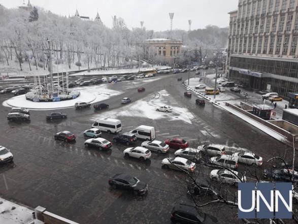На фоне непогоды в Киеве осложнения движения транспорта: где пробки