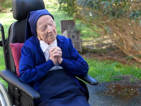 Монахиня отпраздновала свое 117-летие и излечение от COVID-19 необычным набором алкоголя