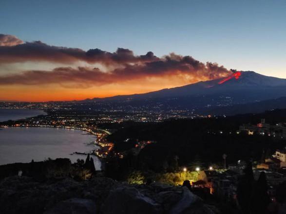 На Сицилии проснулся вулкан Этна: в сети появились фото извержения