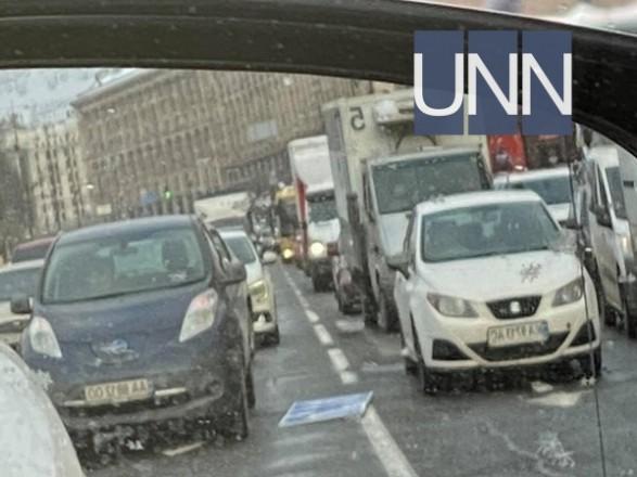 В центре Киева на автомобиль упал дорожный знак