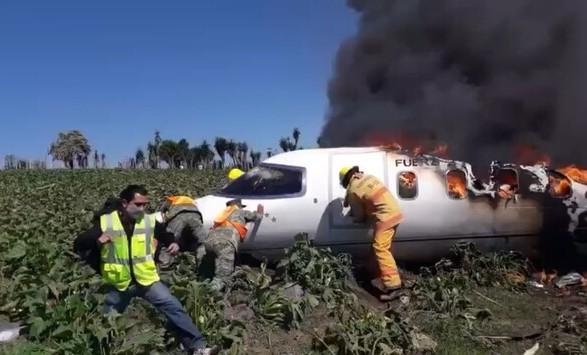 В Мексике в небе загорелся самолет: шесть человек погибли