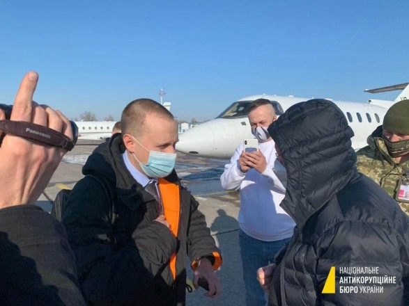 """В """"Борисполе"""" посадили самолет с экс-замглавы ПриватБанка: НАБУ говорит, ему согласовали подозрение"""