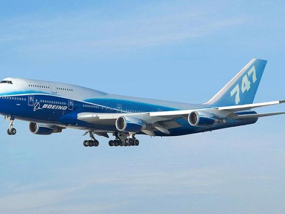 В небе над Нидерландами загорелся самолет: часть двигателя упала на человека