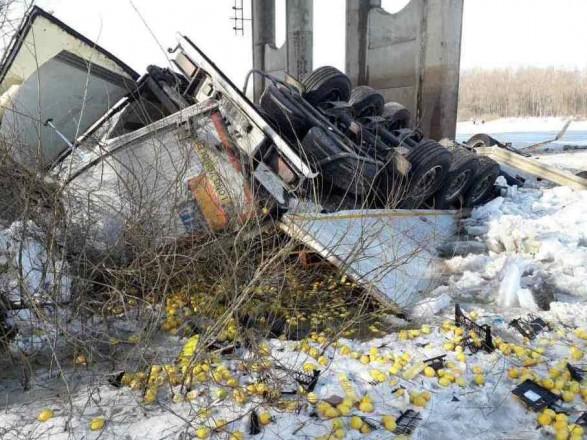 В Черниговской области грузовик упал с моста в Десну, водитель-иностранец погиб