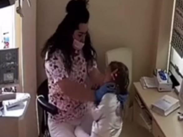 Суд избрал меру пресечения ровенской стоматологине, которая издевалась над детьми