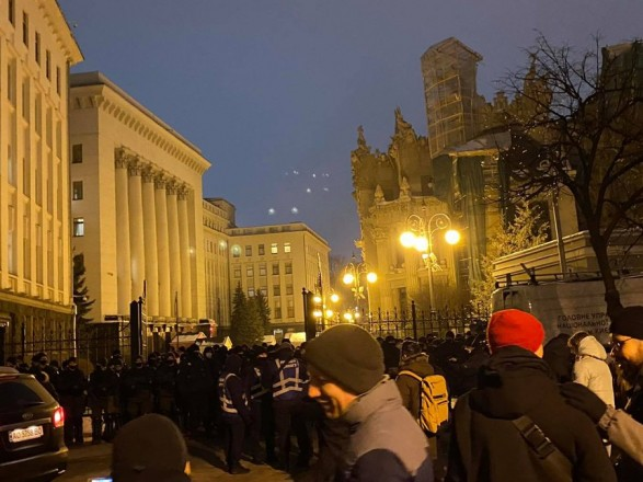 Стерненку волю: активисты пытаются прорваться в здание Офиса Президента