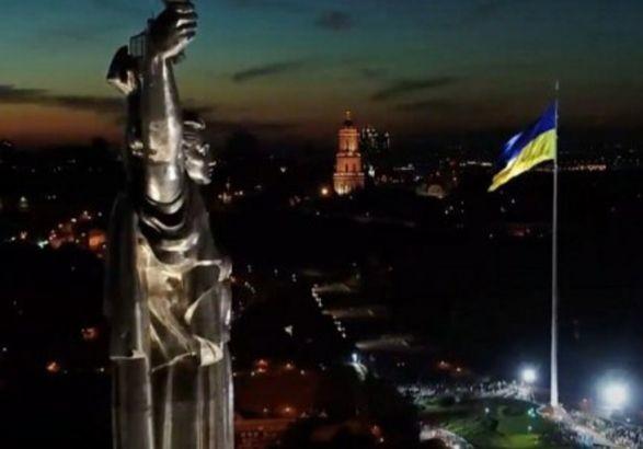 В Киеве снова приспускают самый большой флаг Украины: почему