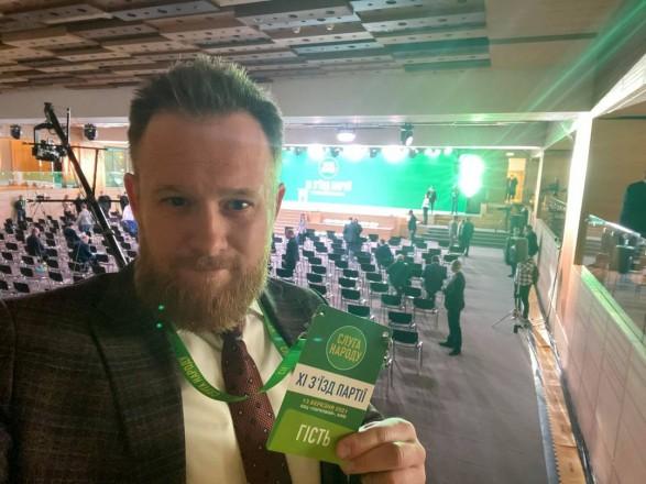 """Не пускали на съезд: """"слуга народа"""" Камельчук устроил скандал из-за неправильного бейджика"""