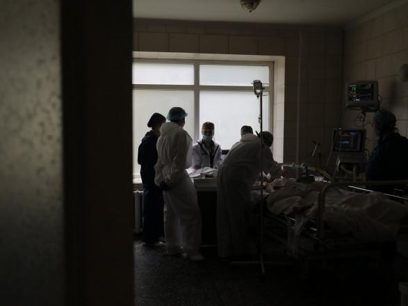 """Минздрав: COVID-госпитализаций больше нормы в 10 регионах, Киев - в """"красной"""" зоне"""