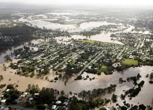 Австралию накрыли дожди: жителей просят не покидать дома во время наводнения