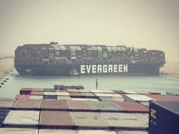 Из Суэцкого канала из-за погодных условий не могут освободить судно, которое застряло