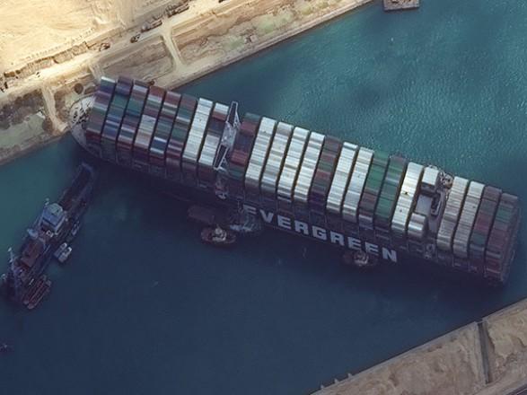 Контейнеровоз, который блокирует Суэцкий канал, понемногу движется, но когда снимется с мели - неясно