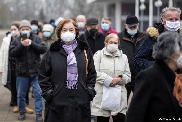 Сербия начала вакцинацию иностранцев: тысячи желающих съехались в Белград