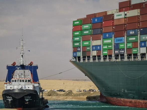 """Ситуация в Суэцком канале: из-за контейнеровоза уже 369 суден, включая 25 танкеров попали в """"пробку"""""""