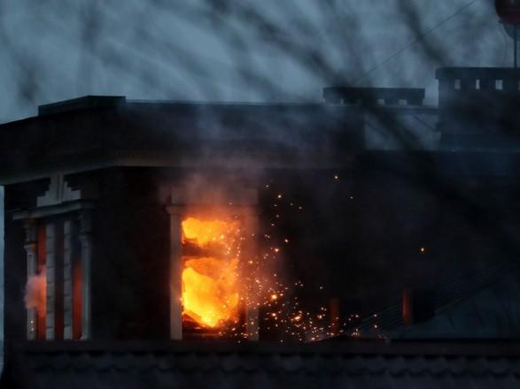 Стрельба и огнеметы: в РФ несколько часов штурмуют дом подозреваемого в незаконном обороте оружия