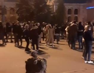 С песнями и танцами: в центре Киева молодежь устроила массовое гуляние, несмотря на сложную ситуацию с COVID-19