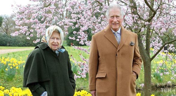 На весенней прогулке: королевская семья поделилась новыми фото Елизаветы II и принца Чарльза