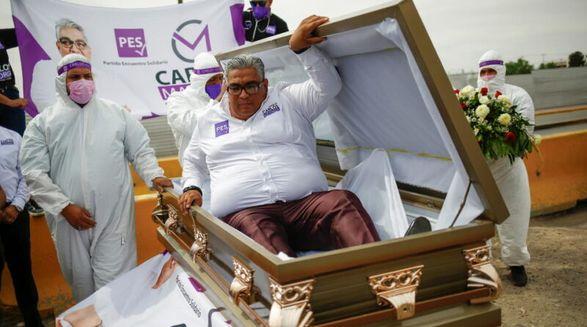 Мексиканский кандидат в депутаты начал предвыборную кампанию в гробу