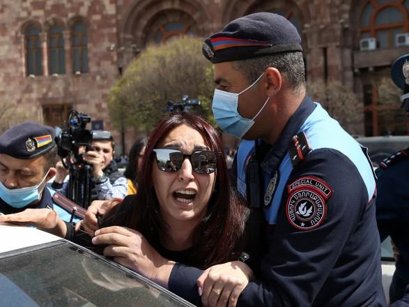 Ситуация в Армении: женщины с требованием отставки Пашиняна попытались штурмовать правительство, произошли столкновения