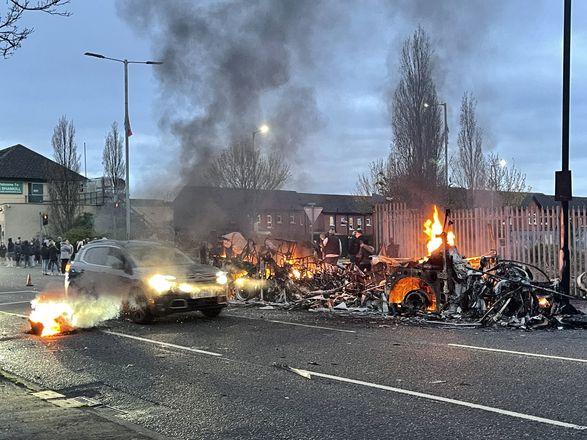 В Северной Ирландии уже шестую ночь продолжаются беспорядки: пострадали десятки полицейских