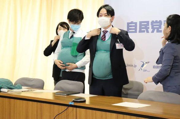 Социальный эксперимент: японские депутаты носили фейковые животы, чтобы понять трудности беременных
