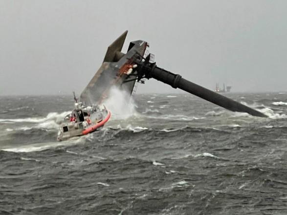 В США во время шторма перевернулось судно: один человек погиб, 12 пропали без вести