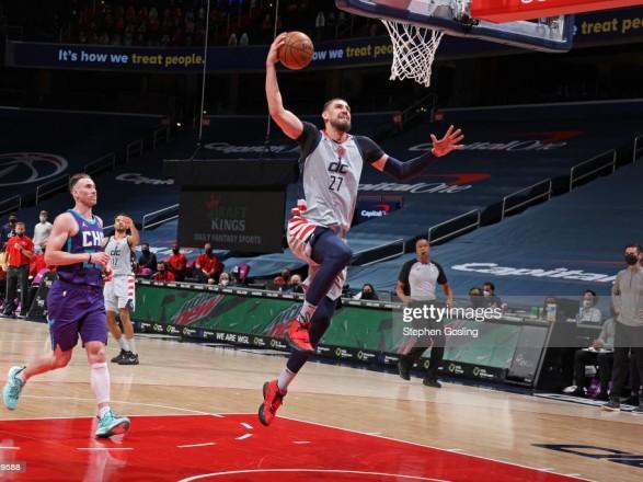 """Десять подборов украинца помогли """"Вашингтону"""" одержать победу в игре НБА"""