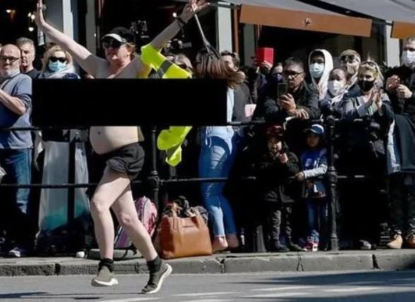 Полуобнаженная женщина протестовала на похоронах принца Филиппа