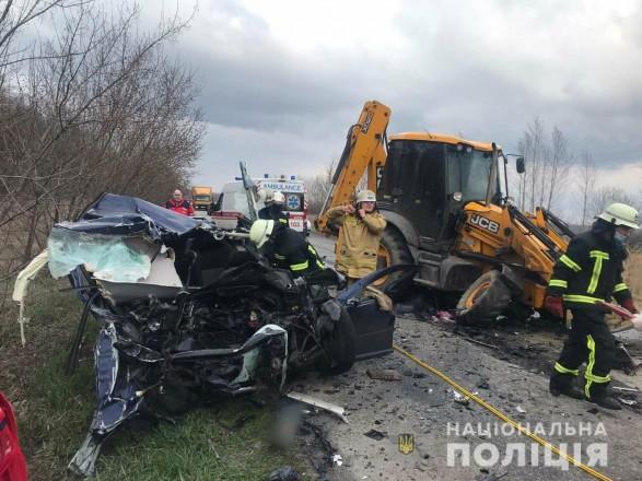 В Харьковской области лоб в лоб столкнулись трактор и легковушка: есть погибший