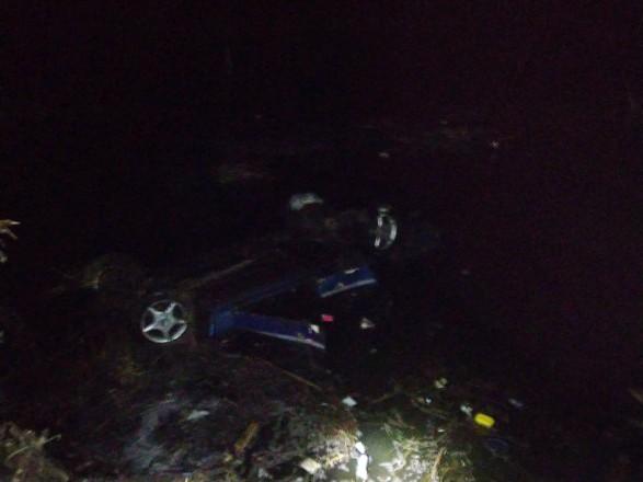 Автомобиль в Черкасской области слетел в пруд и перевернулся: три человека погибли