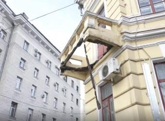 Посреди Киева обвалился балкон. Власти оградили двор