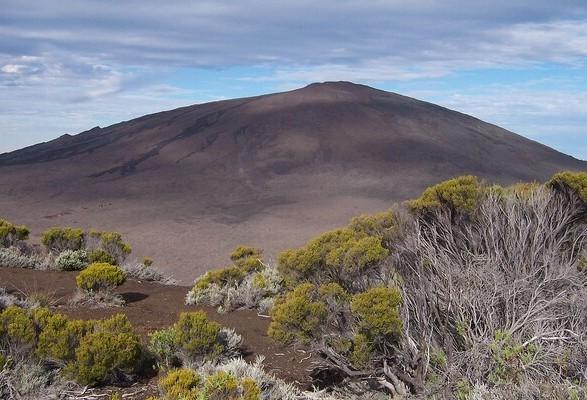 У подножия действующего вулкана в Индийском океане нашли тела французских студентов