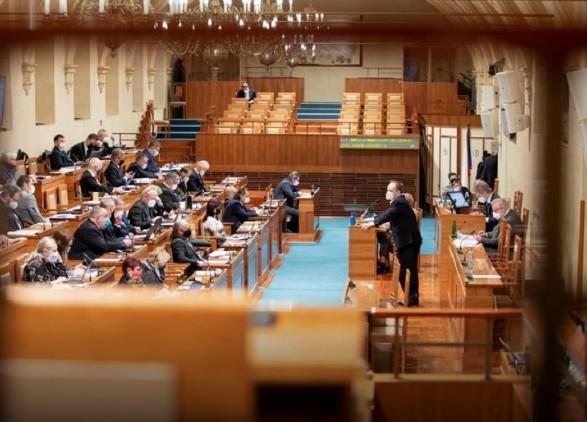 Сенат Чехии намерен обвинить президента в госизмене из-за дела о взрывах на складах в Врбетице