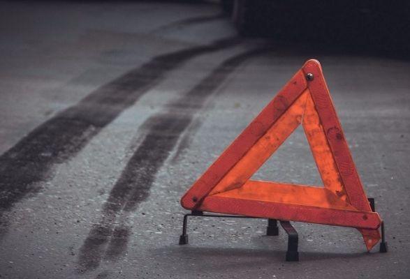 Потерял сознание за рулем: неуправляемое авто выехало на встречную полосу, протаранило микроавтобус и слетело в кювет