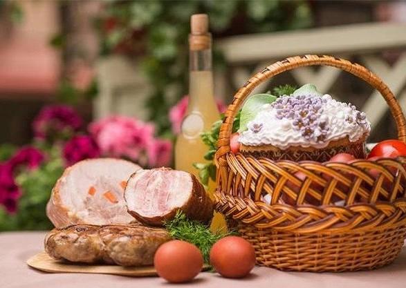 """Свинина, колбасы, сладости: диетолог назвал вредные продукты из """"пасхальной корзины"""""""