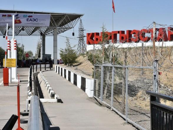 """Кыргызстан эвакуировал несколько тысяч граждан из-за границы, Таджикистан ввел туда военную технику и заявил, что """"не уступит земли"""""""
