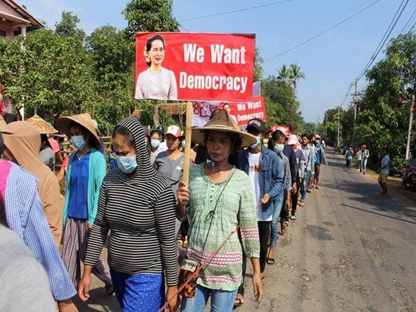 Три месяца протестов в Мьянме: люди снова выходили на митинг, СМИ сообщили о взрывах