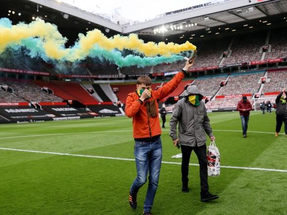 """Матч Премьер-лиги Англии между """"МЮ"""" и """"Ливерпулем"""" отменили: его сорвали фанаты, ворвавшиеся на стадион"""